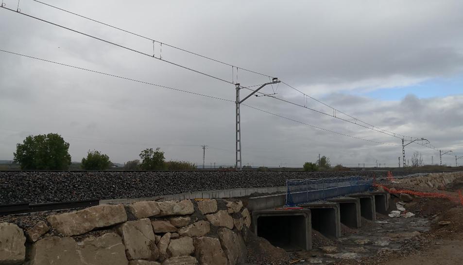 Imatge d'un tram reparat de la línia ferroviària d'ample convencional a Puigverd de Lleida