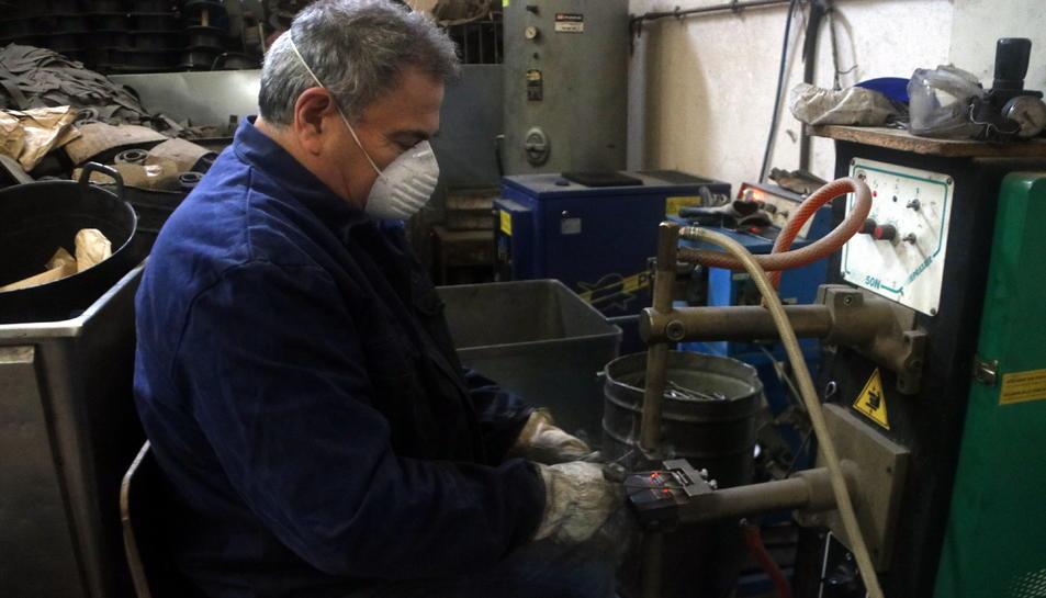 Un treballador de l'empresa subministres Carmelo, que ha reprès l'activitat, a Sant Martí de Tous.