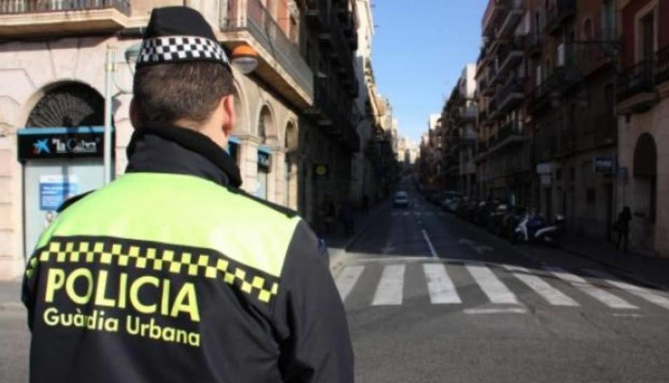 Imatge d'un agent de la Guàrdia Urbana de Tarragona vigilant els carrers de la ciutat.