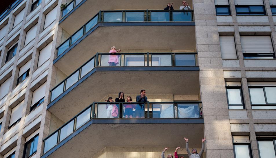 Una imatge d'arxiu de persones als balcons.