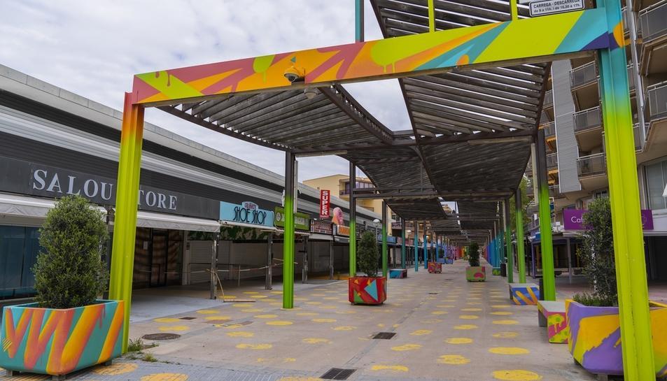 El carrer Saragossa de Salou, un dels més més transitats durant la temporada turística, amb botigues i bars tancats.