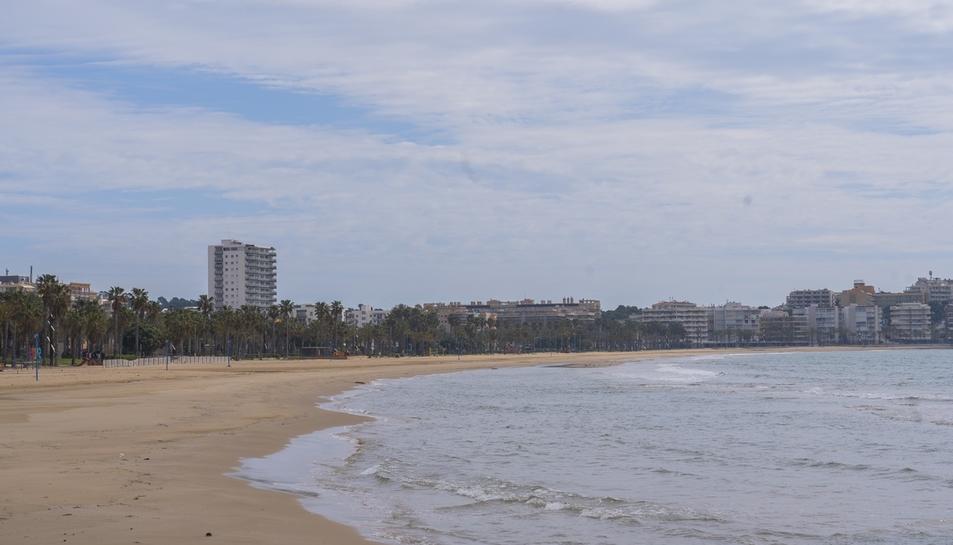 La platja de Llevant de Salou, una de les més concorregudes durant la Setmana Santa, oferia ahir una imatge inèdita.