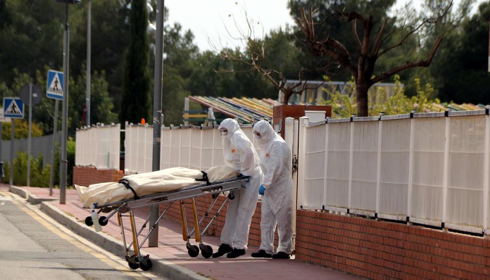 Dos empleats d'una funerària retirant un cadàver de la residència Nostrallar dels Pallaresos.