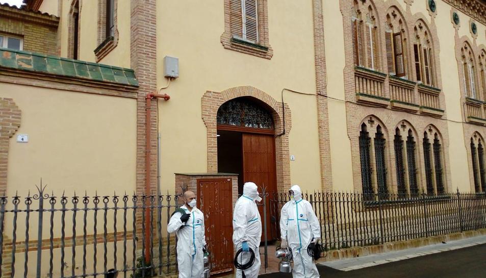 Tres efectius de l'exèrcit de terra davant la residència Sant Antoni Abad de l'Arboç, on han fet tasques de descontaminació