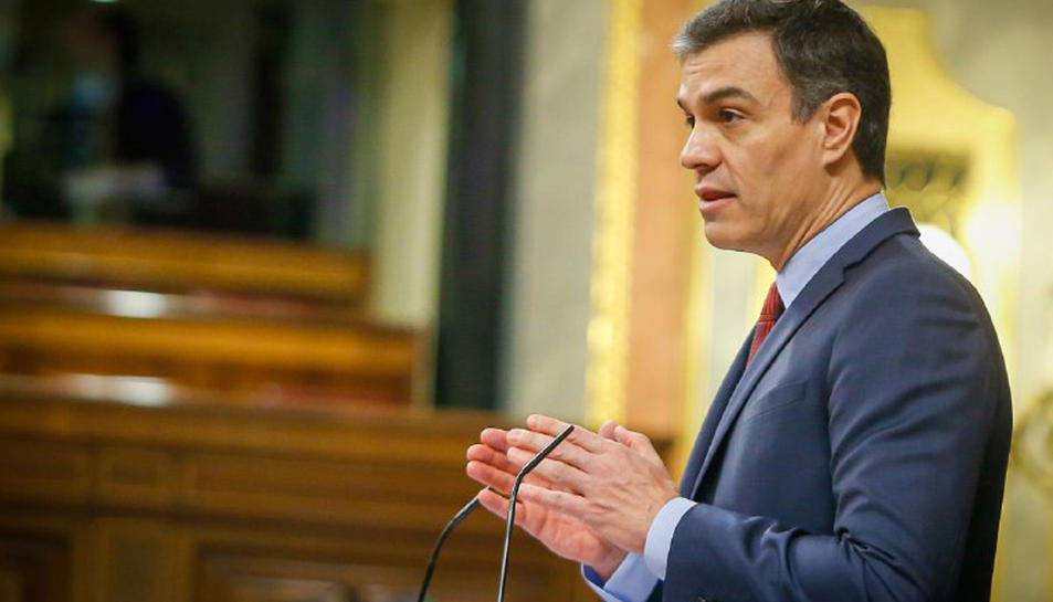Pla mitjà lateral del president del govern espanyol, Pedro Sánchez durant la seva intervenció al ple del Congrés de debat de la segona pròrroga de l'estat d'alarma