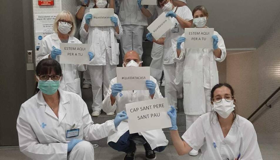 Imatge dels professionals sanitaris agraint l'esforç als veïns del barri.