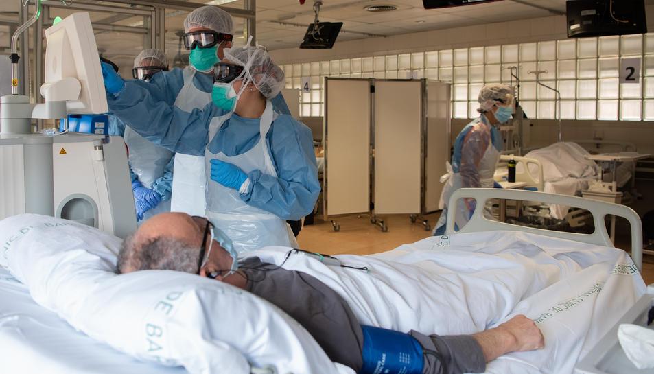 Professionals de l'Hospital Clínic atenen un pacient que necessiten tractament de diàlisi i que és positiu de covid-19