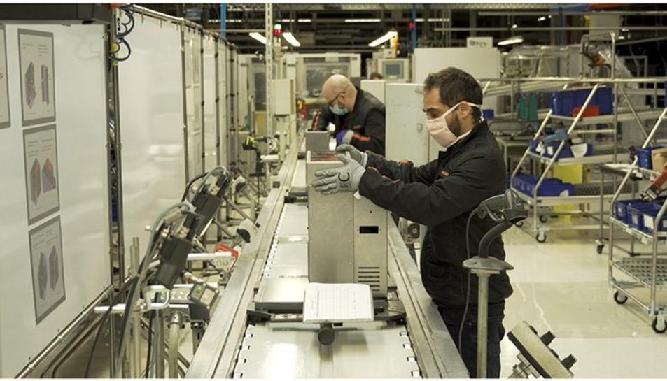 Un operari de Seat treballant en un prototip de respirador.