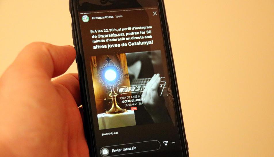 Un mòbil mostra un missatge d'Instagram que convida a pregar durant la setmana santa