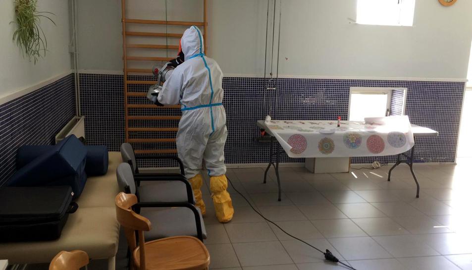 Un efectiu de l'exèrcit desinfectant la residència Comtes d'Urgell de Balaguer.