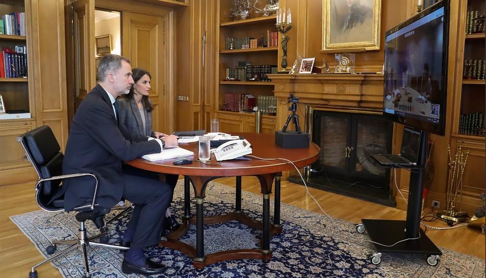 Els reis d'Espanya, Felip VI i Letizia, mantenen una videoconferència amb responsables de l'Organització Mundial de la Salut (OMS)