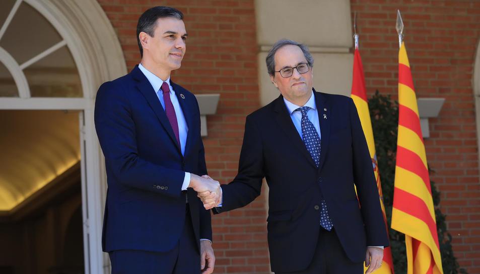 El president del govern espanyol, Pedro Sánchez, i el president de la Generalitat, Quim Torra, encaixen les mans el 26 de febrer del 2020 a la porta del Palau de la Moncloa, abans de la primera reunió de la taula de diàleg