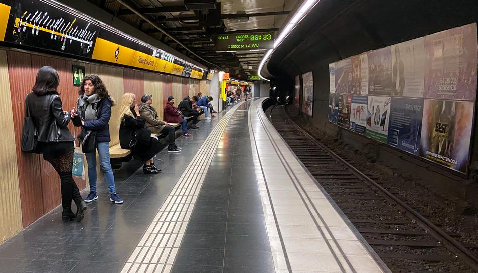 Viatgers esperant el metro a l'estació de la línia groga de Passeig de Gràcia, el 16 de març del 2020, al voltant de dos quarts de vuit del matí