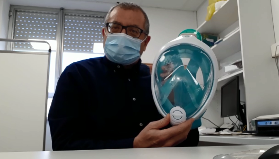 El doctor Xavier Aguilar mostra la mascareta que utilitzen els sanitaris.
