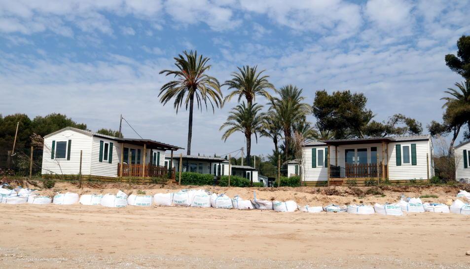 Sacs de pedres fent de mur de contenció al càmping Las Palmeras de la platja Llarga de Tarragona, danyada pel temporal Gloria.