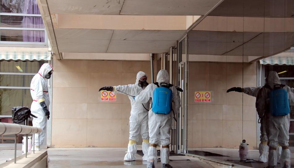 Treballadors d'una empresa de desinfecció contractada pel Departament de Treball, Afers Socials i Famílies arribant a la residència Llar de Sant Josep de Lleida