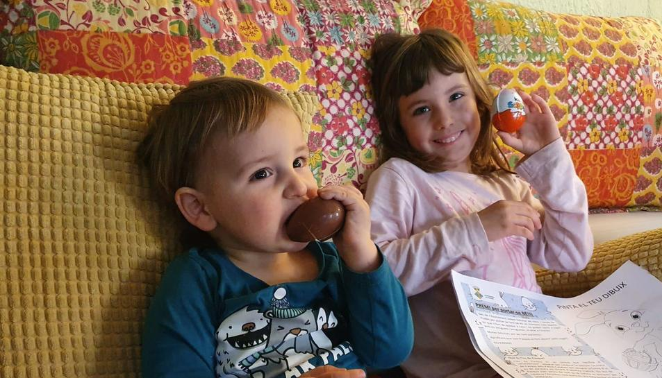 Dos dels nens que avui han rebut un ou de xocolata per part de l'Ajuntament.