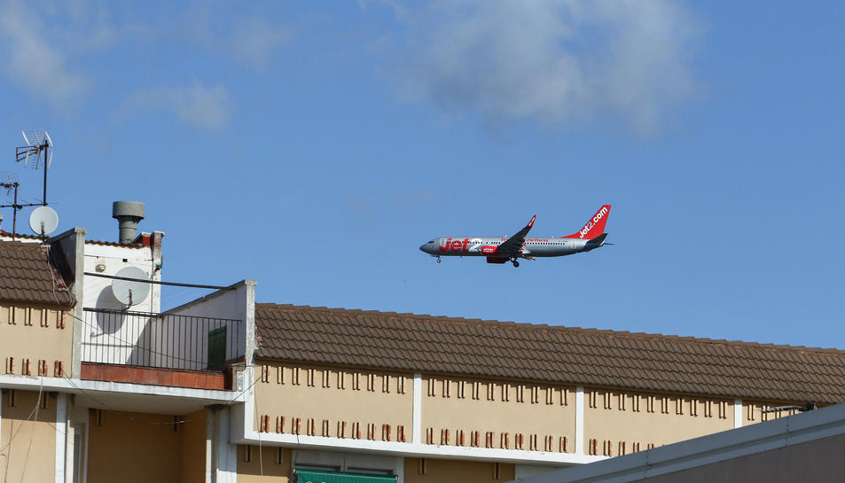 Una imatge d'arxiu d'un avió de Jet2 sobrevolant Tarragona.
