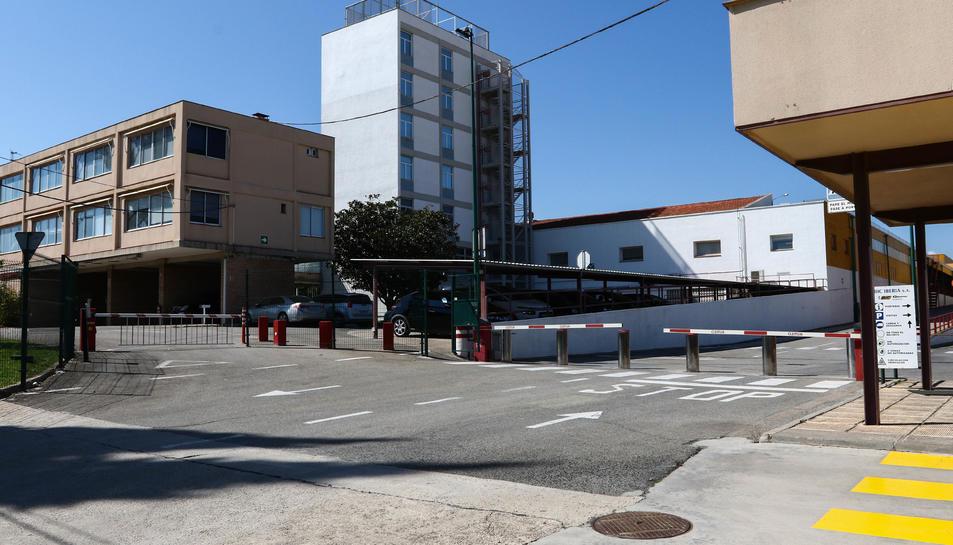 Imatge de l'entrada de la planta de Bic Graphic, al polígon Entrevies de Tarragona, on uns 250 treballadors van tornar ahir a l'activitat amb unes mesures de protecció encara més dràstiques.