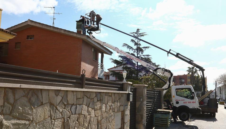 Operaris d'una empresa de construcció realitzant ahir tasques en una casa de Reus.