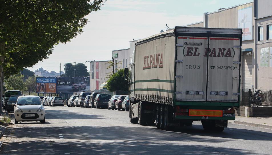 Un camió d'una empresa que ha retornat a l'activitat al polígon Agroreus, al Baix Camp.