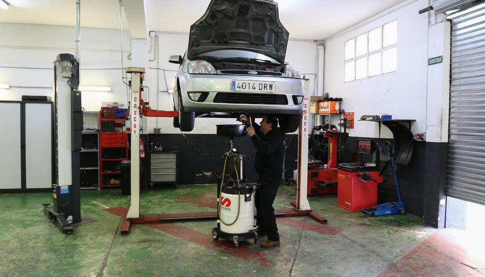 Jordi Perelló, que ha hagut de fer un ERTO a dos treballadors, treballant tot sol al seu taller de Reus