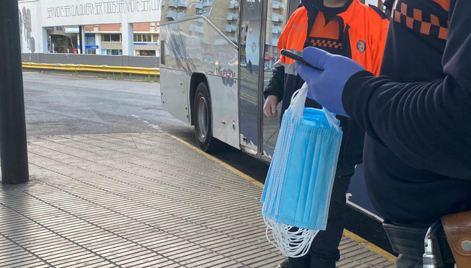 Membres de Protecció Civil amb mascaretes per repartir a l'estació d'autobusos de Tarragona.