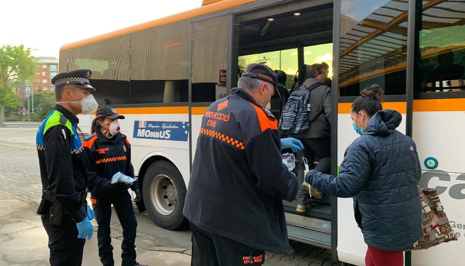Protecció Civil de Reus també repartia aquest matí mascaretes.