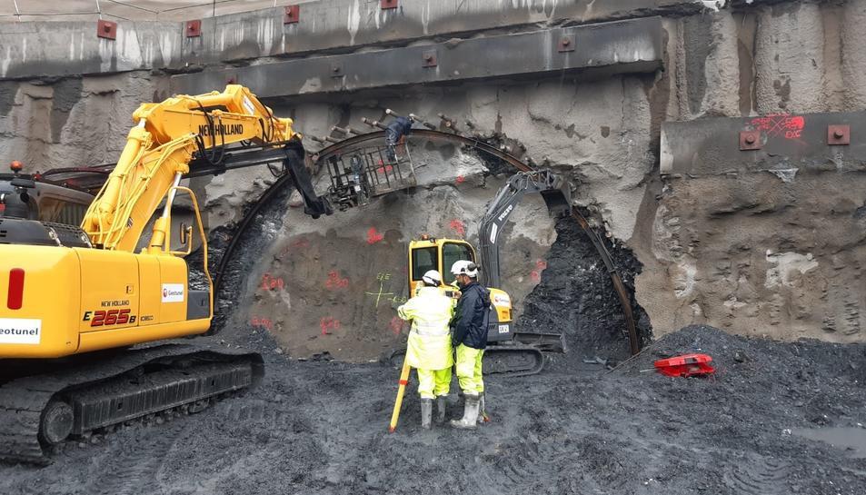 La maquinària perforant una de les boques del túnel del Coll de Lilla de l'A-27.