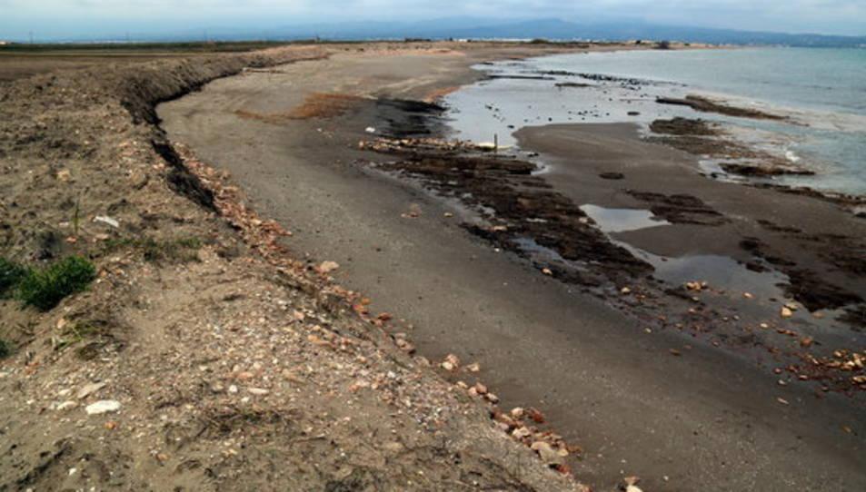 La barrera de sorra que es va començar a construir d'emergència després del temporal a la platja de la Marquesa, a la badia del Fangar.