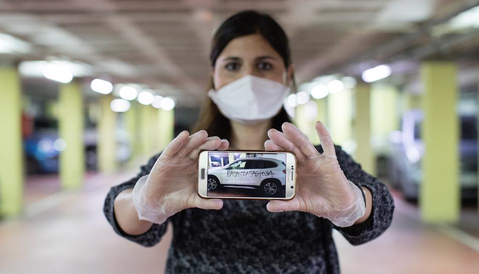 La ginecòloga Silvana Bonino mostrant una imatge del seu vehicle amb la pintada.