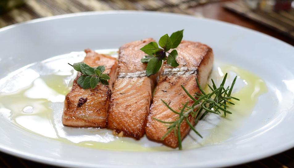 El salmó és und els aliments que ens ajuden a recuperar vitamina D.