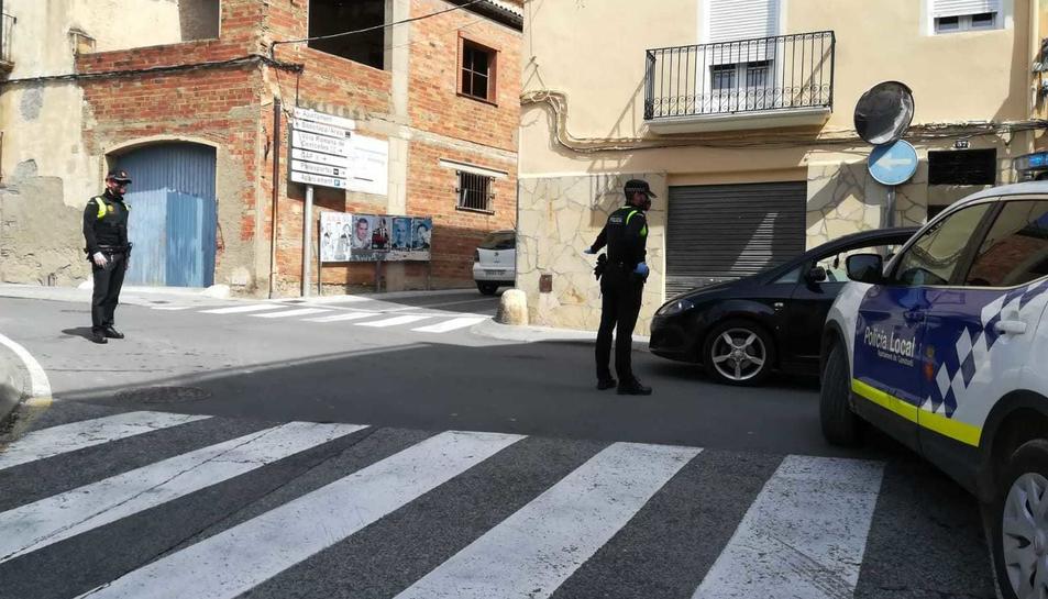 Agents de la policia local de Constantí fent un control al arrer.