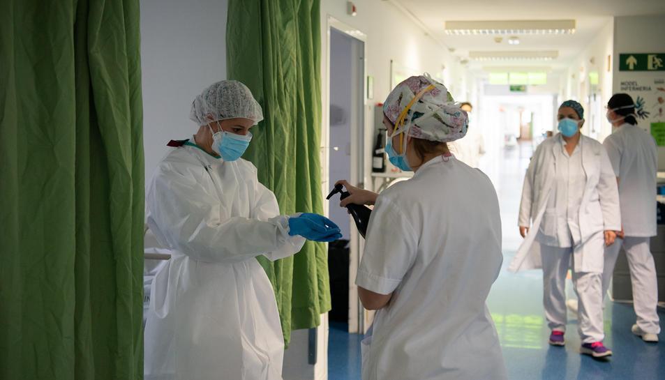 Professionals sanitaris atenen malalts de coronavirus a l'Hospital Clínic.