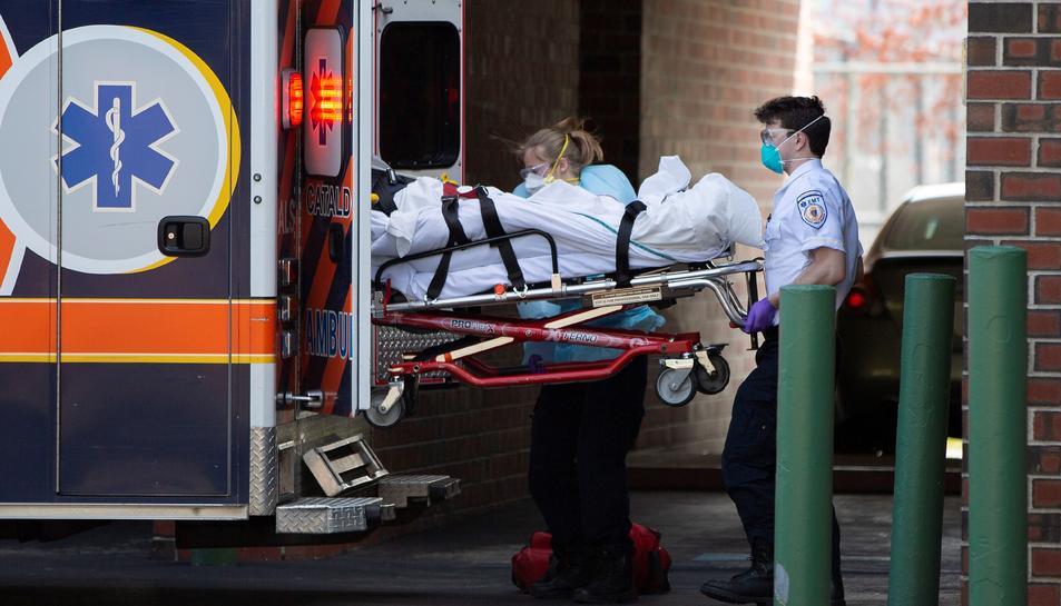 Emergència de Serveis d'Ambulància de Cataldo els tècnics Mèdics giren un pacient