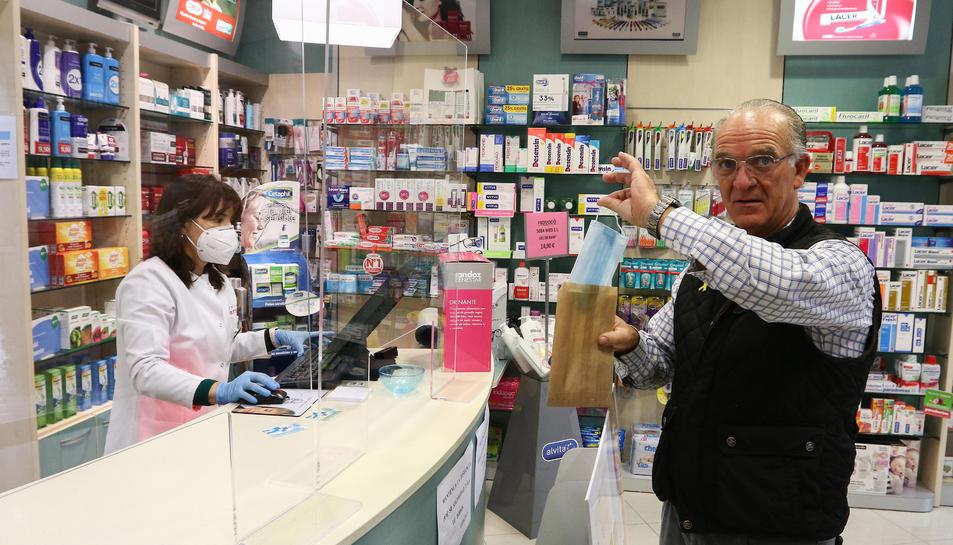 Un client de la Farmàcia Ferrús de Reus que va anar a buscar la mascareta gratuïta el primer dia de repartiment.