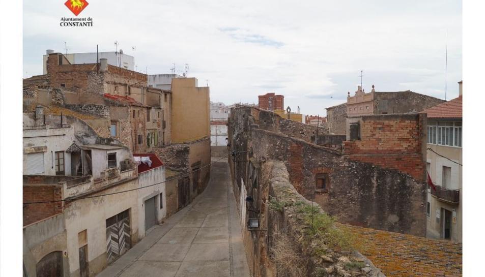 Postal de la muralla de Constantí, una construcció que té el seu origen al segle XIII.