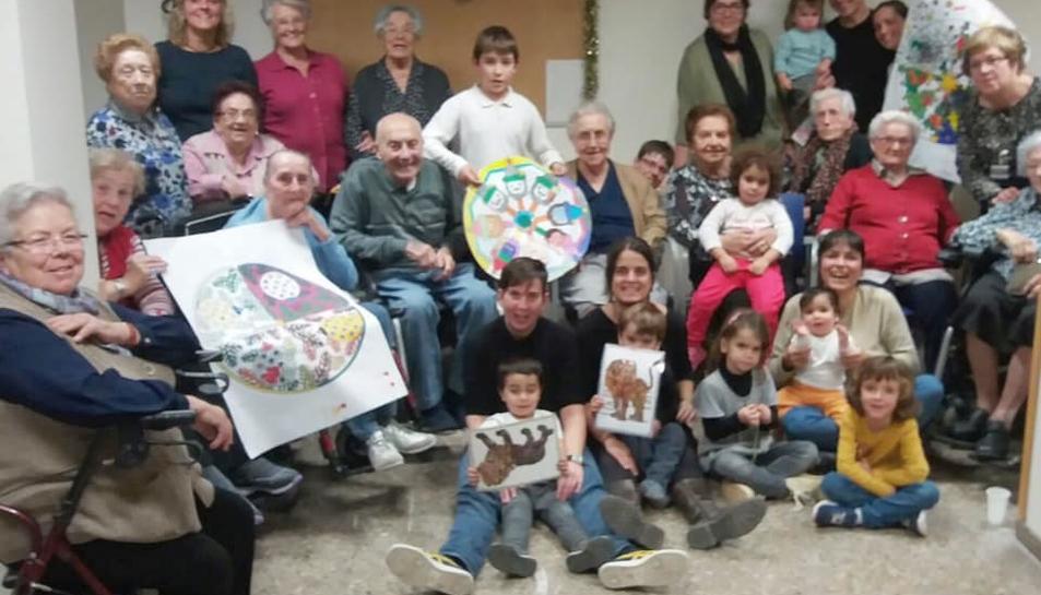 Imatge d'arxiu dels infants amb els avis de la residència que formen part del Projecte Horitzó.