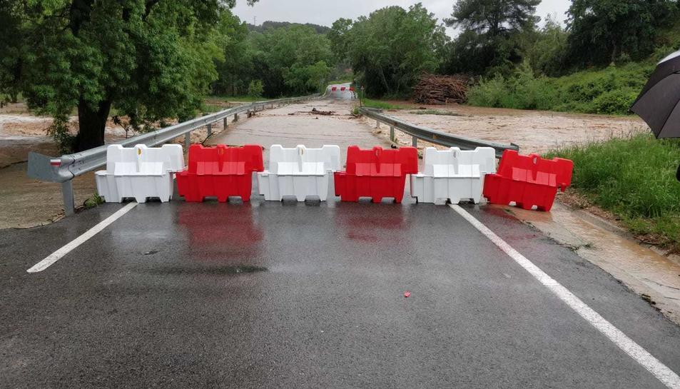 Pla obert de la carretera d'accés a Aiguamúrcia (Alt Camp) tallada pel desbordament del riu Gaià.