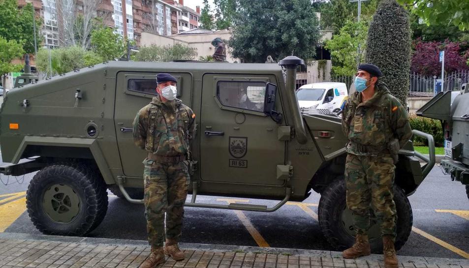 Dos soldats de l'exèrcit amb mascaretes davant la Policia Nacional de Reus.