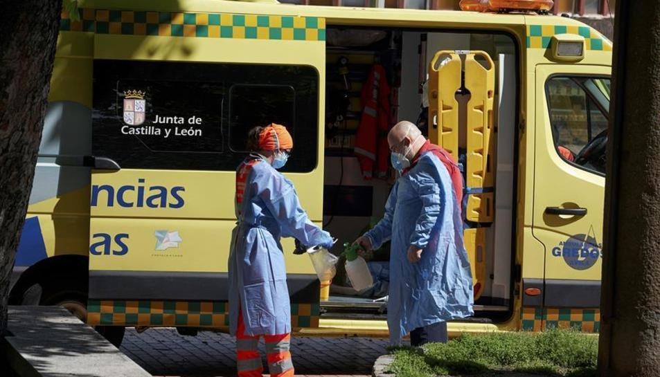 Un equip d'emergències desinfecta els seus elements de protecció després d'atendre una urgència.
