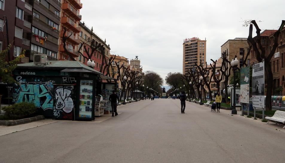 La Rambla Nova de Tarragona amb poca gent passejant i sense parades de llibres en un Sant Jordi atípic, marcat per la crisi sanitària per coronavirus.