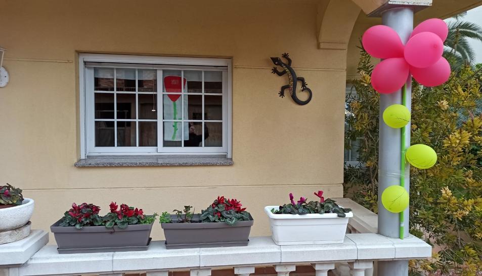 Alguns habitants del municipi han decorat les seves cases amb roses ben diverses.