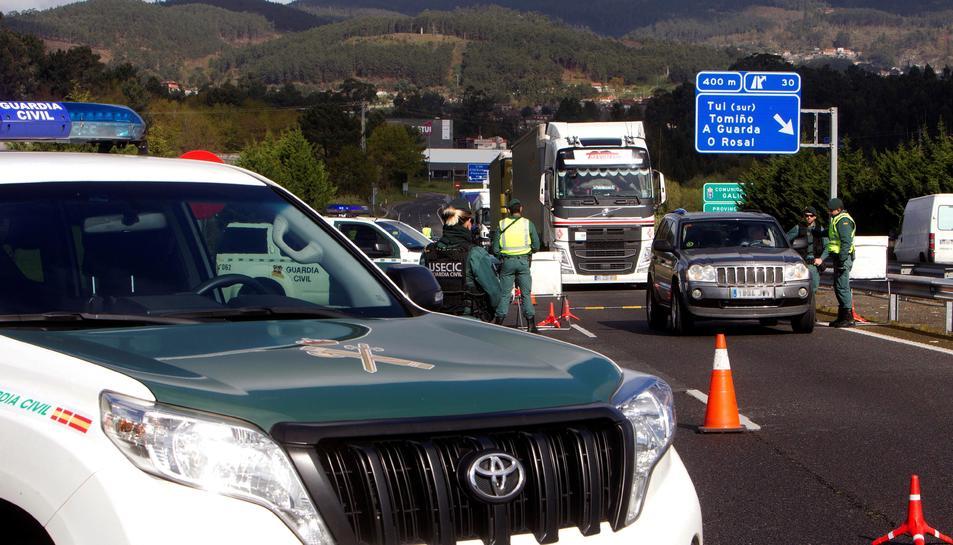Efectius de la Guàrdia Civil en un control d'accés instal·lat en el Pont Internacional de Tuy (Pontevedra), després de l'anunci d'estat d'alarma que fa que s'hagin tancat fronteres amb Portugal