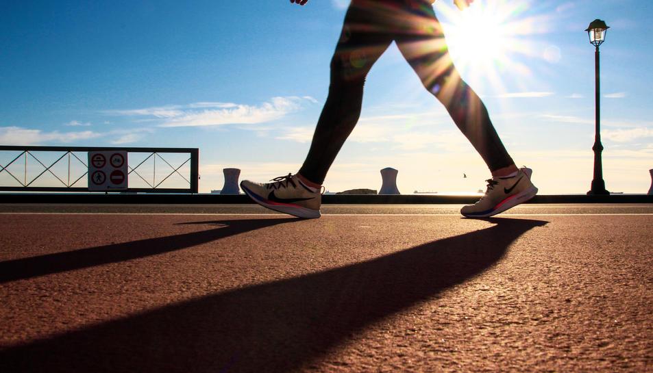 Imatge d'un corredor al Kilòmetre 0 del Port de Tarragona.