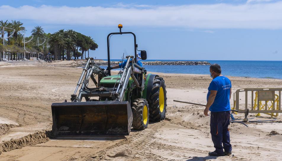 Una excavadora treballant ahir a la platja Prat d'en Forès, a Cambrils.