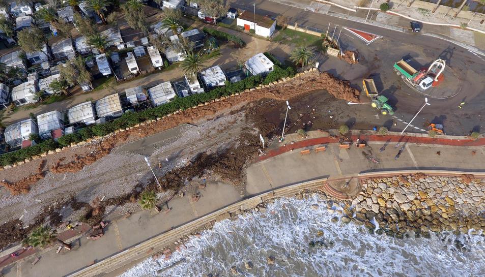 Els danys al passeig marítim de l'Ampolla després del temporal.