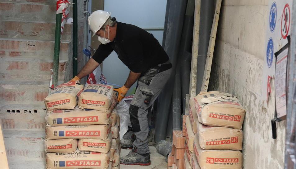 Un treballador del sector de la construcció en un portal en obres.