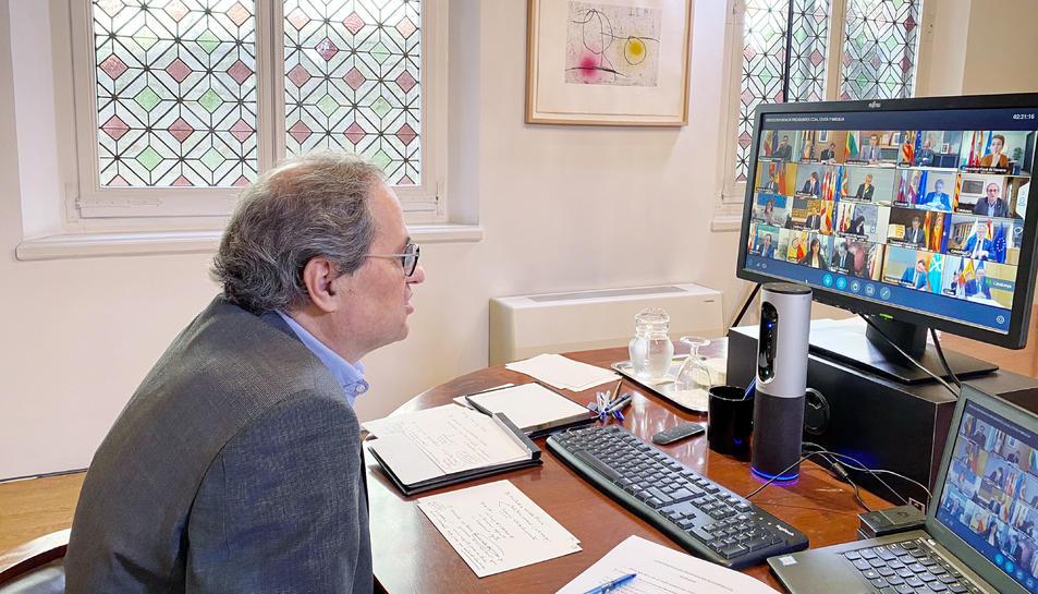 El president del Govern, Quim Torra, reunit per videoconferència amb el president espanyol, Pedro Sánchez, i amb els presidents de les comunitats autònomes, per fer seguiment de la pandèmia del coronavirus, el 3 de maig de 2020