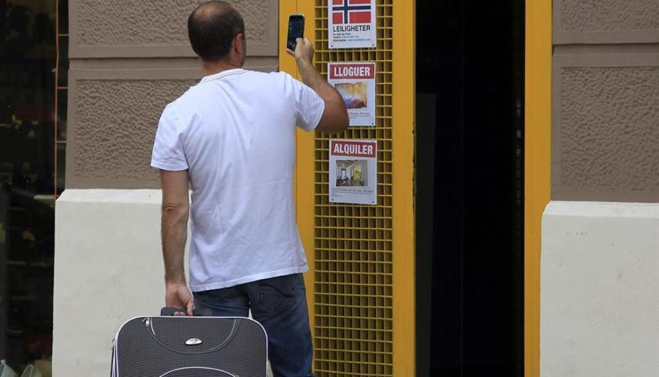 Un turista s'interessa per un apartament turístic al barri de La Barceloneta.